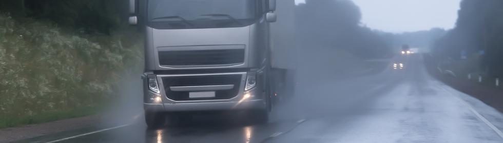 雨の中走るトラック